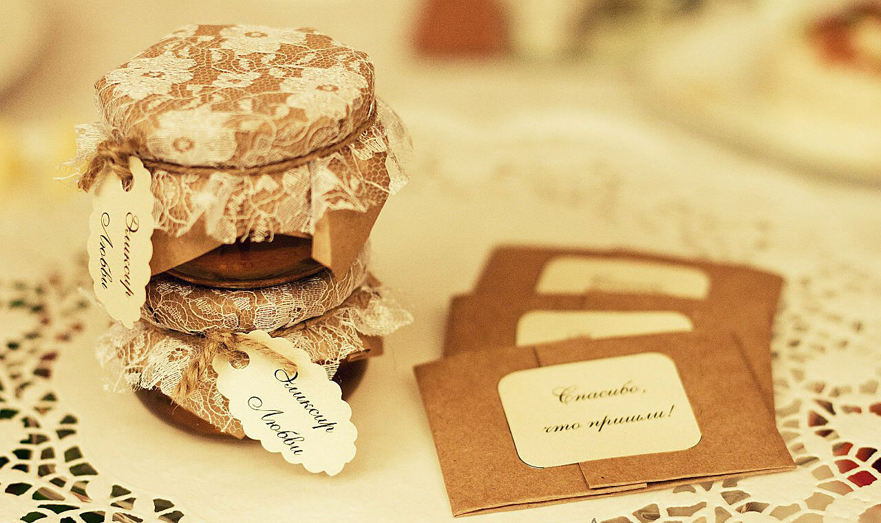 Подарки гостям на свадьбе: что подарить и как удивить своих гостей 54